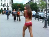 Девушка гуляет по городу голышом в боди-арте. Часть 1